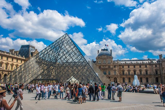 Paris Fachada Museo Louvre Piramide