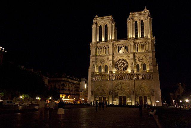 Paris-NotreDameFachadaNocturna