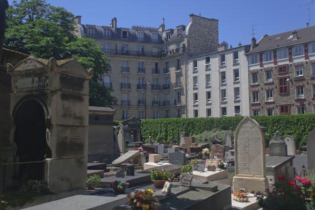 Paris-Cementerio Montmartre Rodeado