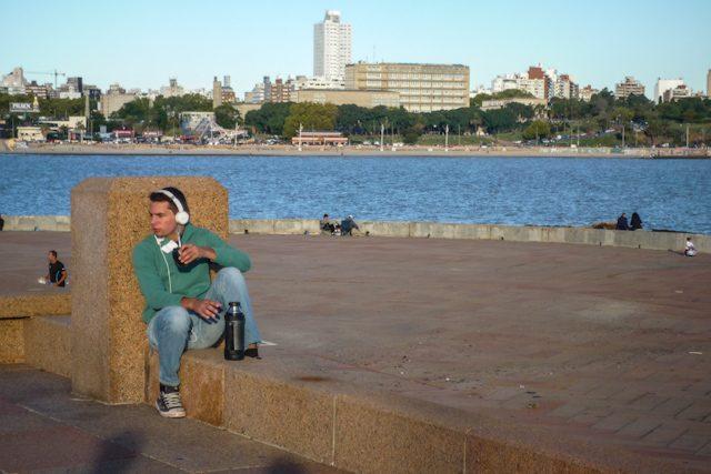 Uruguay Montevideo Rambla Tomando Mate