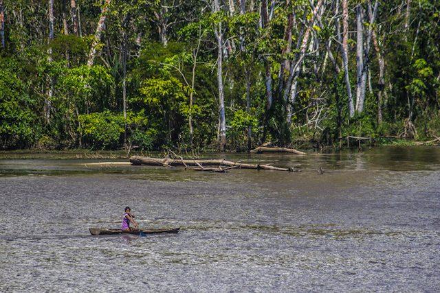 Río Amazonas Acercarse Barco Niña