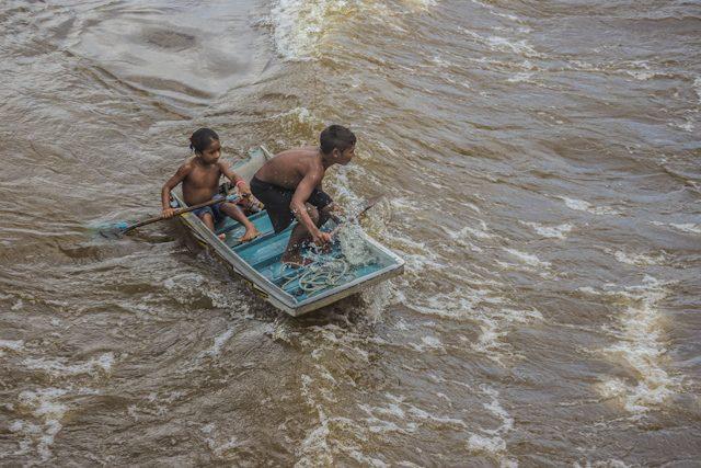 Río Amazonas Niños Sobre Olas