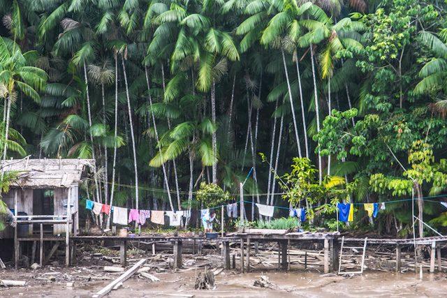 Río Amazonas Tendiendo Ropa