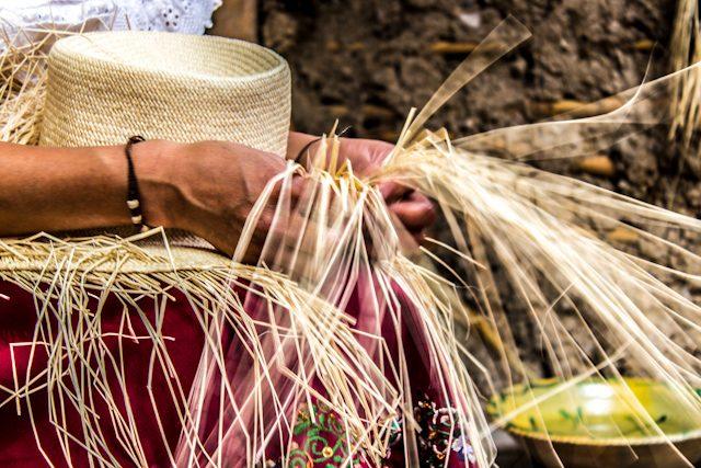 Cuenca Sombrero Paja Toquilla Mujer Manos Tejiendo