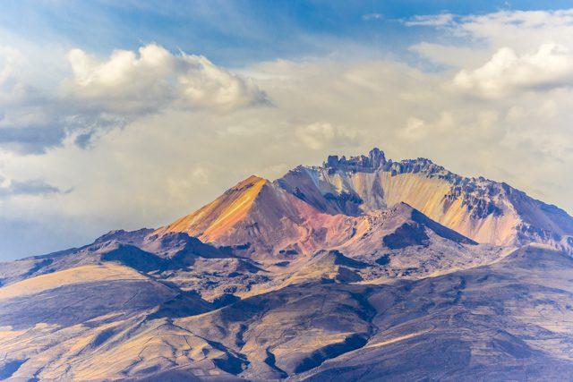 Salar de uyuni volcan tunupa crater multicolor