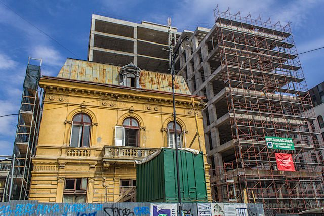 Bucarest Edificio Contrastes