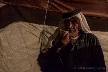Jordania Cafe Beduino Bebiendo