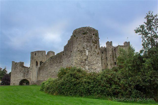 Irlanda Castillo Trim Exterior