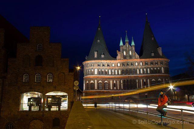 Alemania Lübeck Holstentor Noche