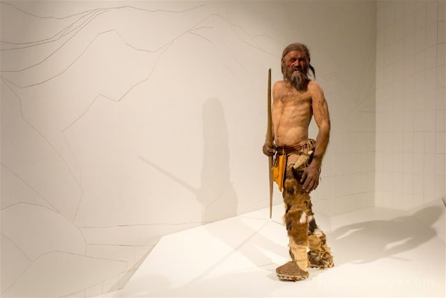 Italia Sudtirol Alto Adige Bolzano Museo Arqueologico Otzi Hombre Hielo Reconstruccion Completa