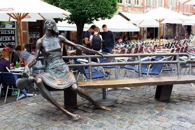 Que ver en Lovaina Bélgica Oude Markt Esculturas Kotmadam