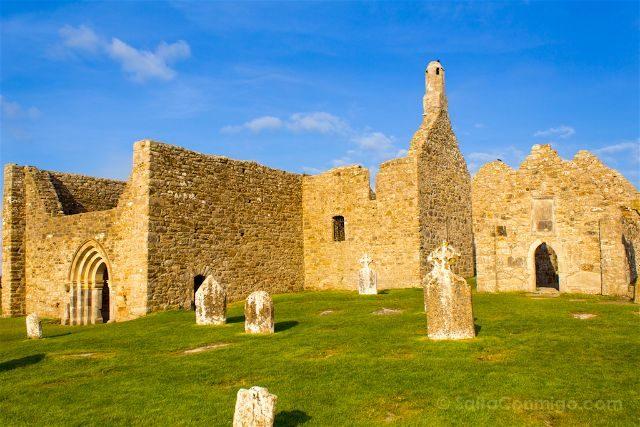 Irlanda Monasterio Clonmacnoise Ruinas Cruces Celtas Catedral Temple Doolin