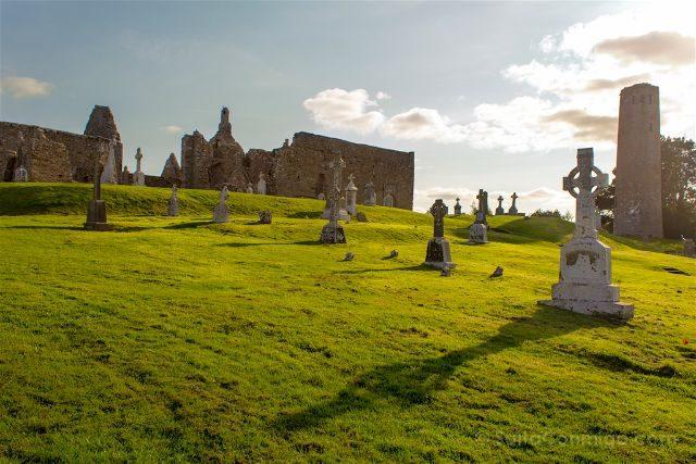 Irlanda Monasterio Clonmacnoise Ruinas Cruces Celtas Torre Puesta Sol