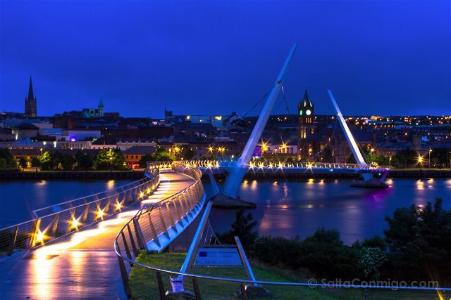 irlanda de norte derry londonderry puente paz nocturna