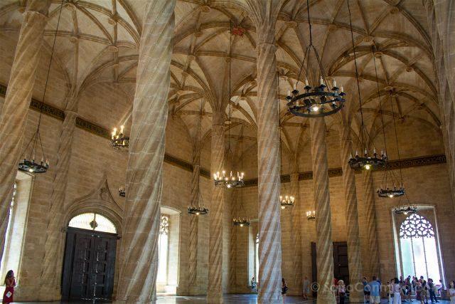 valencia lonja de la seda sala de contratacion columnario
