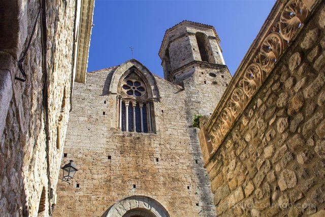 Catalunya Girona Besalu Calles Iglesia Sant Vincenc