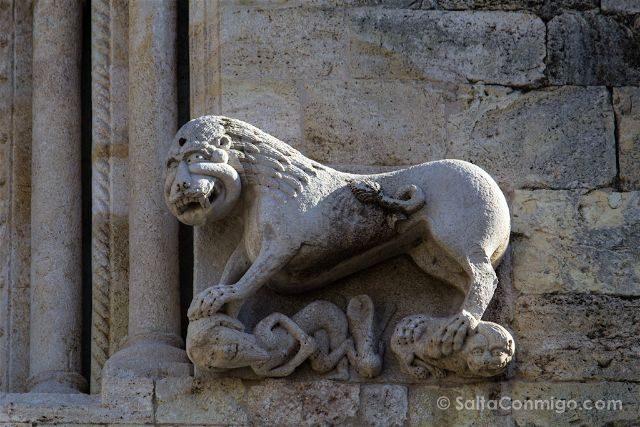 Catalunya Girona Besalu Fachada Monasterio Sant Pere Leon