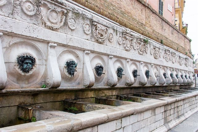 Italia Marcas Ancona Fontana Calamo Tredici Cannelle