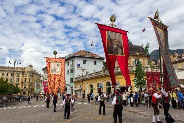 Italia Bolzano Herz Jesu Feuer Procesion Plaza Banderas