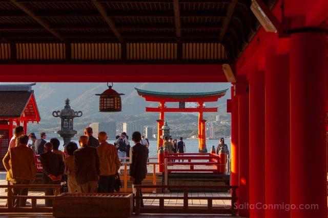 Japon Miyajima Itsukushima Santuario Gente Torii