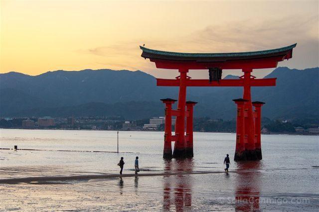 Japon Miyajima Itsukushima Torii Atardecer Gente