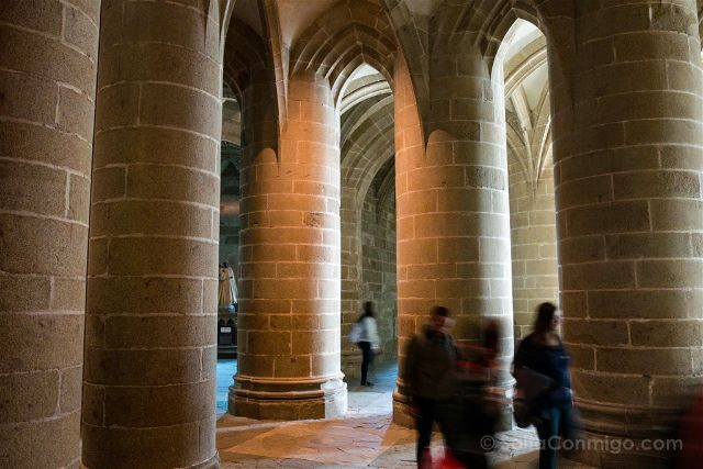 Francia Normandia Abadia Mont Saint-Michel Cripta Pilares Gruesos
