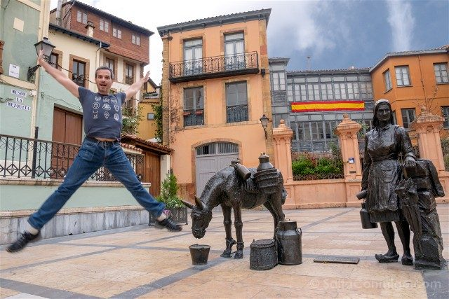 Asturias Oviedo Estatua Burra Salto