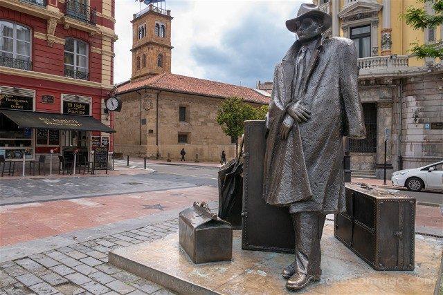 Asturias Oviedo Estatua El Viajero