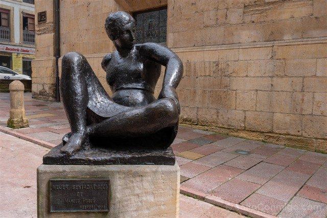 Asturias Oviedo Estatua Mujer Sentada