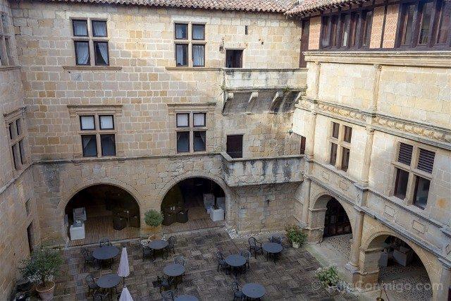HotelLujo PaisCataro Chateau des Ducs de JoyeusePatio