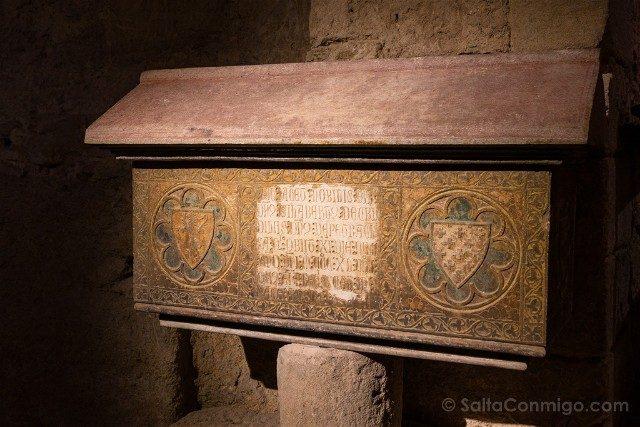 Peratallada Girona Iglesia Sant Esteve Sepulcro Gotico Gilabert Cruilles