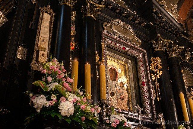 Santuario Czestochowa Jasna Gora Polonia Cuadro Milagroso Virgen Fajin Rosas Oro