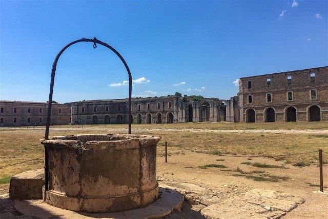 Castillo de San Fernando Figueres Plaza de Armas Pozo