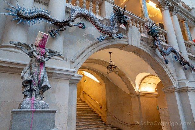 Que ver en Bristol Museum Art Gallery Banksy Paint-Pot Angel