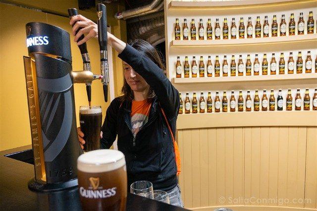 Fabrica de Guinness Dublin Sara Sirviendo