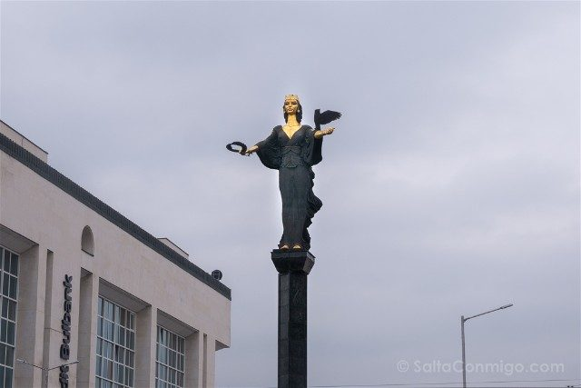Que ver en Sofia Plaza Independencia Estatua