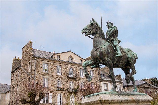 Que ver en Dinan Place Bertrand du Guesclin Estatua