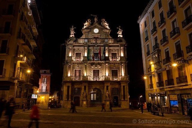 Que ver en Pamplona Plaza Consistorial Ayuntamiento Noche