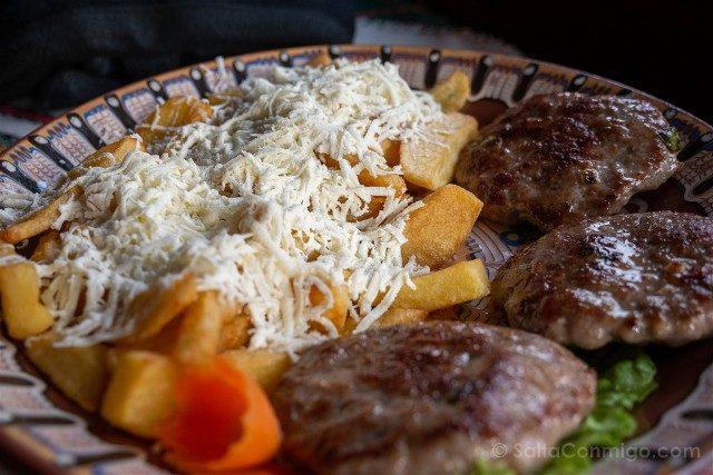 Viajar a Bulgaria Comida Patatas Queso Meatballs