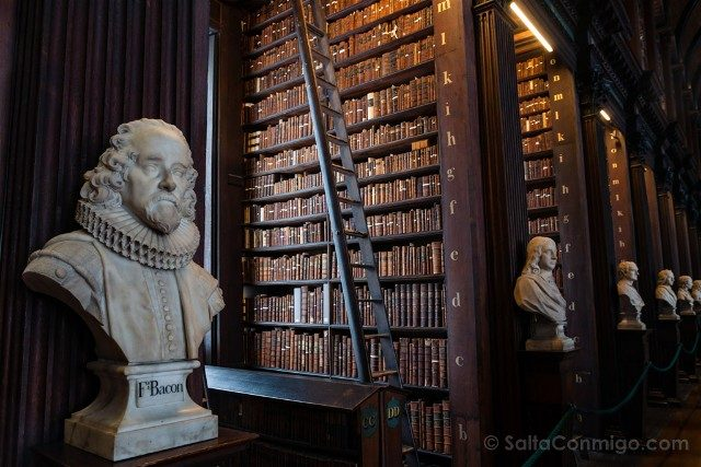 Trinity College Dublin Biblioteca Long Room Busto Bacon