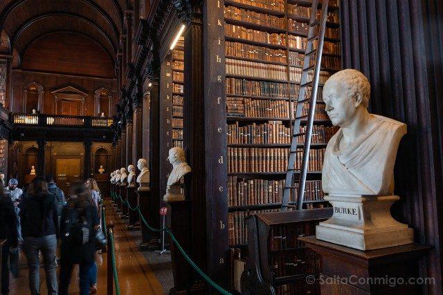 Trinity College Dublin Biblioteca Long Room Busto Burke