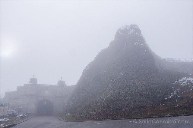 Fortaleza de Belogradchik Bulgaria Entrada Niebla