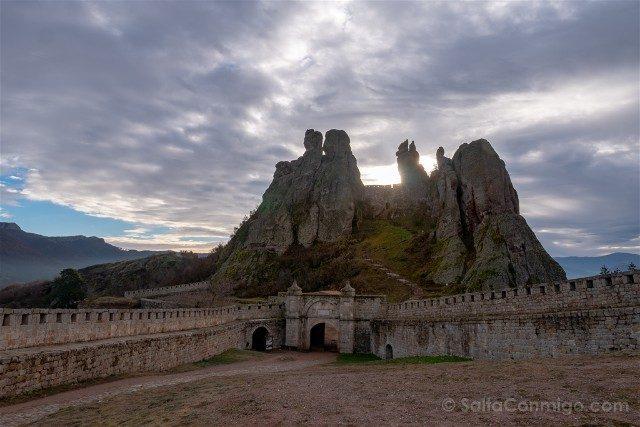 Fortaleza de Belogradchik Bulgaria Foto Clasica Sol Detras