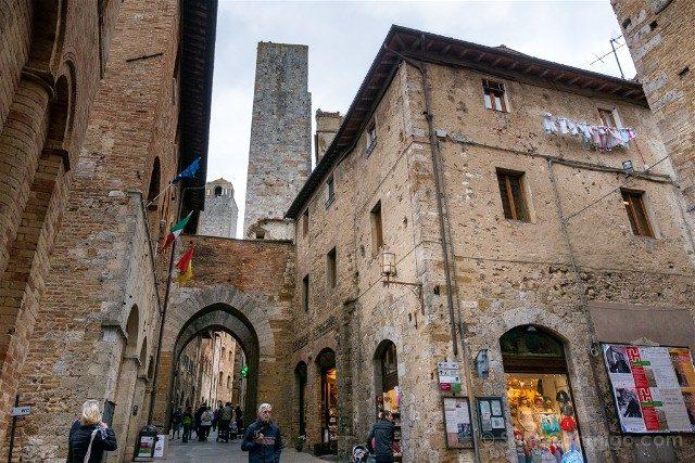 Que Ver en San Gimignano Via Matteo Arco Torre