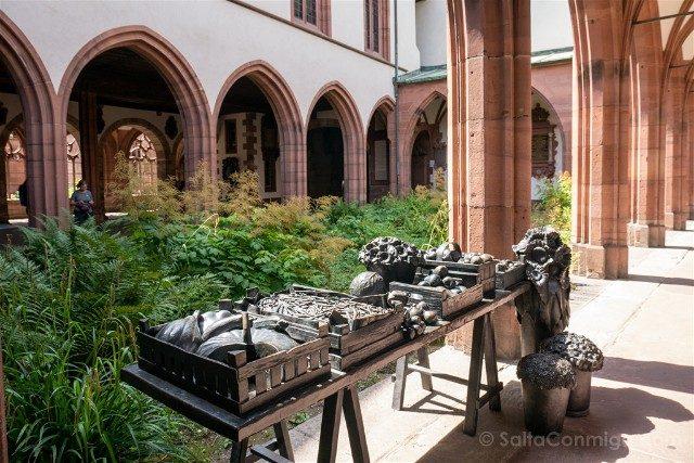 Que Ver en Basilea Catedral Claustro Mesa Bettina Eichin