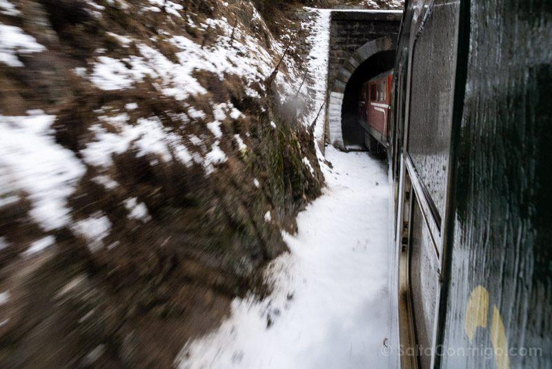 Tren a Bansko Paisaje Nieve Roca Vagon Tunel