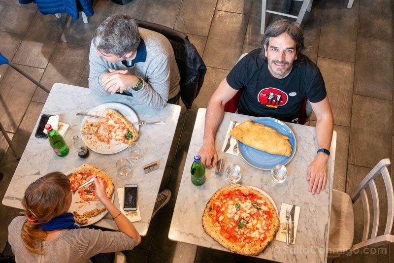 Comiendo pizza típica napolitana