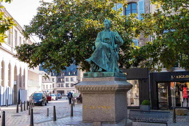 Que Ver En Quimper Bretana Estatua René Laënnec
