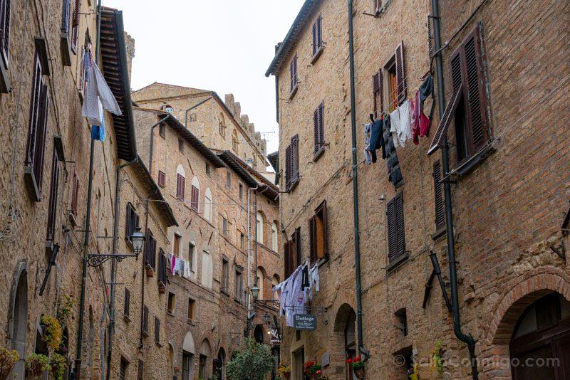 Que Ver En Volterra Toscana Calle Ropa Tendida