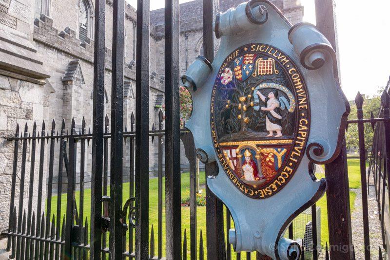 Catedrales Dublin San Patricio Exterior Escudo